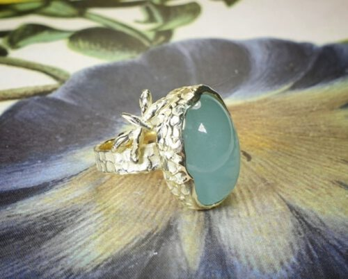 Ring geelgoud aquamarijn libelle. Ring yellow gold, texture, dargonflies and aquamarine. Design by Oogst. Van oud goud gemaakt. Goudsmid Amsterdam
