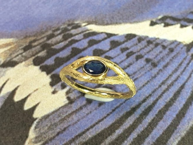Geelgouden ring Boomgaard met ovale saffier. Ring Orchard in yellow gold with sapphire. Mens ring. Mannenring. Design & Creatie Oogst Amsterdam.