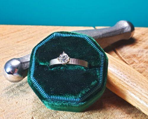 Witgouden verlovingsring met structuur en 0,50 crt briljant geslepen diamant. White gold engagement ring with 0,50 ct brilliant cut diamond. Design by Oogst. Goudsmid Amsterdam. Blog alles over diamant