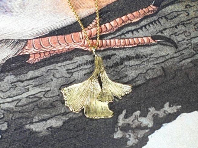 Geelgouden Ginkgo hanger met diamanten. Yellow gold pendants Ginkgo leafs, with diamonds. design by Oogst.
