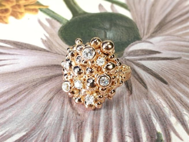 Roodgouden Bessen ring met antieke diamanten. Rose gold Berries ring with antique diamonds. Design by Oogst Amsterdam. Edelsmid. Goudsmid.