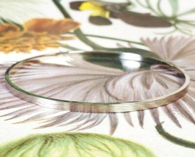 Witgouden rinkelarmband met spitse hamerslag. White gold bracelet with hammering. Design by Oogst Amsterdam.