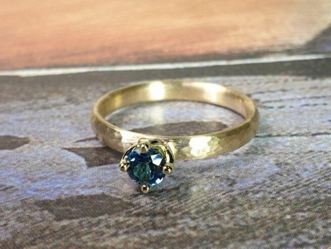 Geelgouden verlovingsring met hamerslag en topaas. Yellow gold engagement ring with hammering and topaz. Oogst edelsmid Amsterdam. Design by Oogst