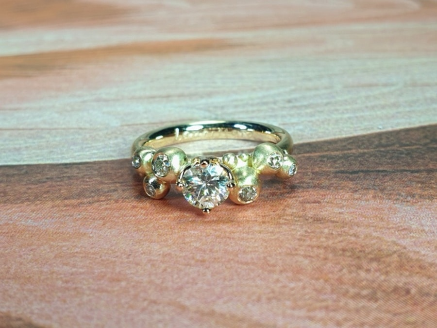 Bessen ring van eigen oud goud en eigen diamanten gemaakt. Ring Berries made with heirloom gold and diamonds. design by Oogst Amsterdam.