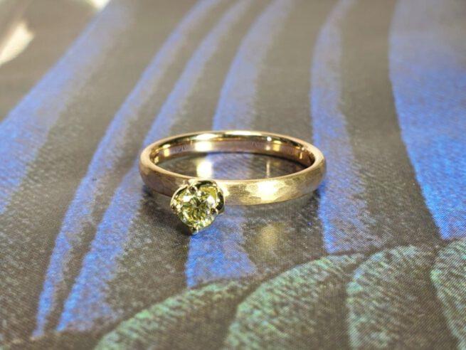 Verlovingsring roségouden ring met hamerslag en 0,23 crt briljant geslepen diamant cape. Yellow gold engagement ring with a 0,23 ct dark cape brilliant cut diamond. Oogst goudsmid Amsterdam. Design by oogst