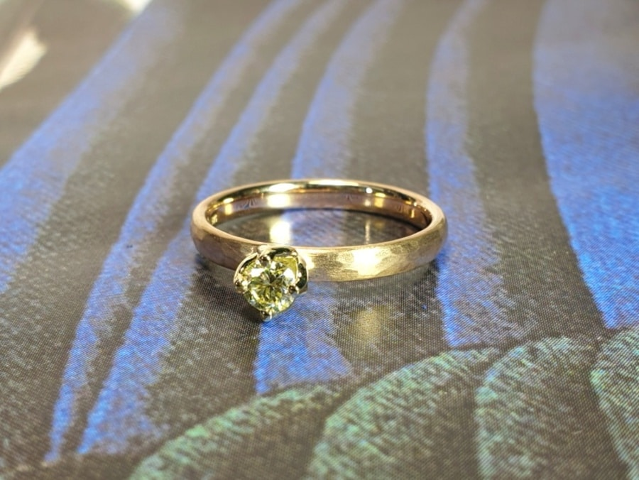Verlovingsring roségouden ring met hamerslag en 0,23 crt briljant geslepen diamant cape. Yellow gold engagement ring with a 0,23 ct dark cape brilliant cut diamond. Oogst goudsmid Amsterdam. Design by oogst