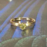 Verlovingsring roségouden ring met hamerslag en 0,23 crt briljant geslepen diamant cape. Yellow gold engagement ring with a 0,23 ct dark cape brilliant cut diamond. Oogst goudsmid Amsterdam. Design by oogst. Blog alles over verlovingsringen