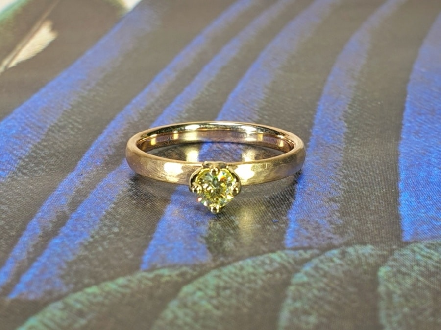 Verlovingsring roségouden ring met hamerslag en 0,23 crt briljant geslepen diamant cape. Yellow gold engagement ring with a 0,23 ct dark cape brilliant cut diamond. Oogst goudsmid Amsterdam. Design by oogst. Blog alles over verlovingsringen
