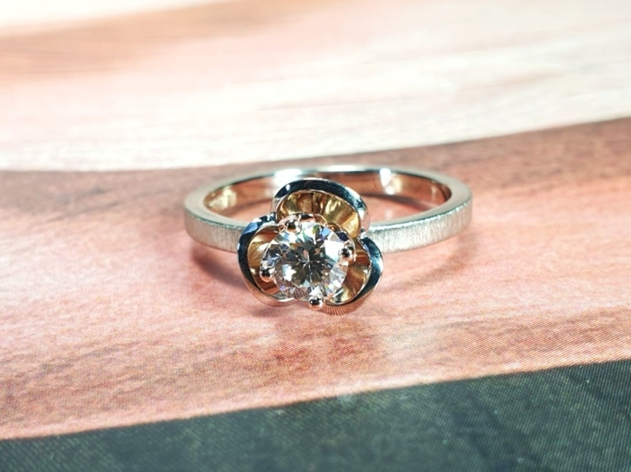 Witgouden ring in bloei met 0,43 ct diamant light brown. White gold ring with diamond. In bloom. Design by Oogst Amsterdam