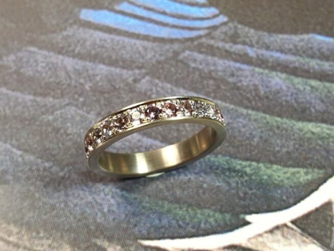 Aanschuifring eternity ring Ton sur ton. Witgouden ring met roze spinel. Ring Ton sur Ton. Eternity ring white gold pink spinel. Stack rings. Design by Oogst Goudsmid Amsterdam