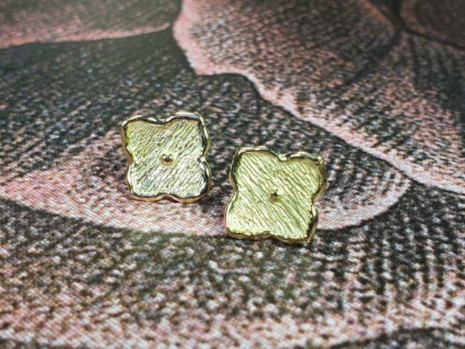Geelgouden kamon oorsieraden uit de japonais collectie. Yellow gold earrings Japonais kamon . Oogst goudsmid Amsterdam