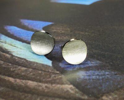 Witgouden oorstekers Cirkels. White gold earstuds Circle. Design by Oogst. Goudsmeden Amsterdam