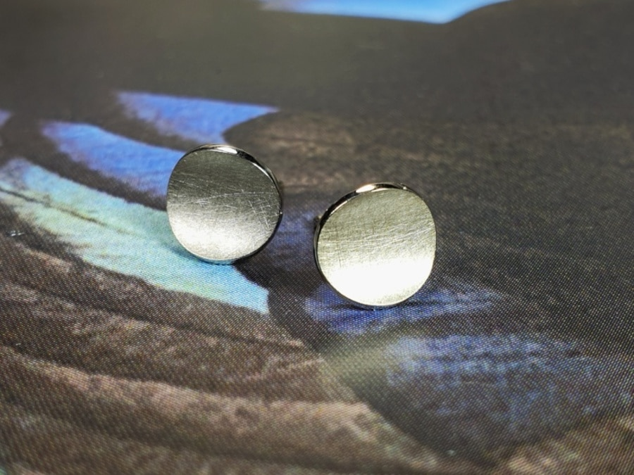 White gold earstuds Circle. Design by Oogst Goldsmith Amsterdam