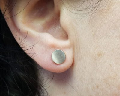Witgouden oorstekers Cirkels. White gols earstuds Circle. Design by Oogst. Goudsmid Amsterdam