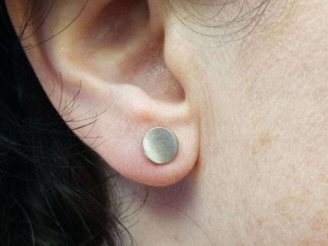 White gold earstuds 'Circle'. Design by Oogst Goldsmith Amsterdam