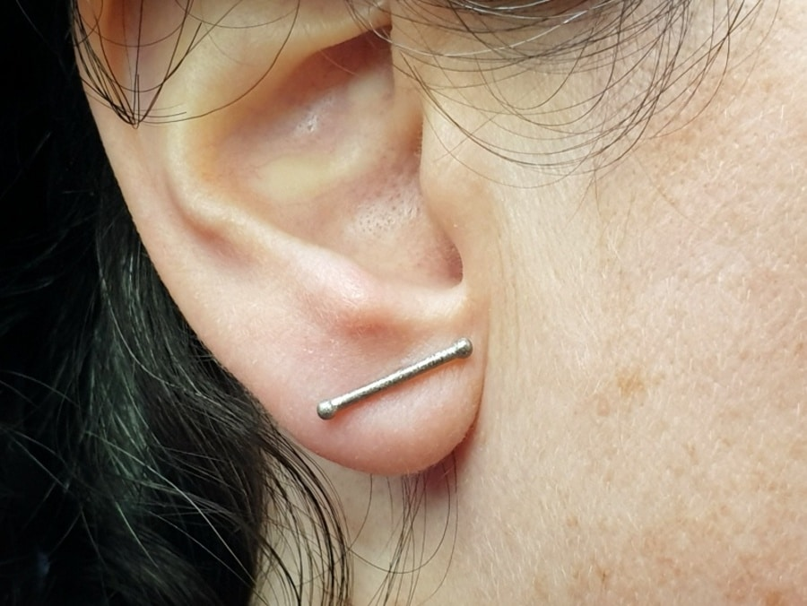 Witgouden oorbellen, staafjes met besjes. White gold earstuds Berries. Oogst Amsterdam. Goudsmid Amsterdam.