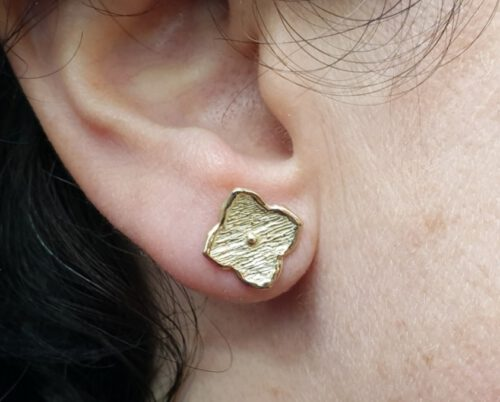 Yellow gold earrings from our Japonais series. 'Kamon'  flowers. Oogst goldsmith Amsterdam