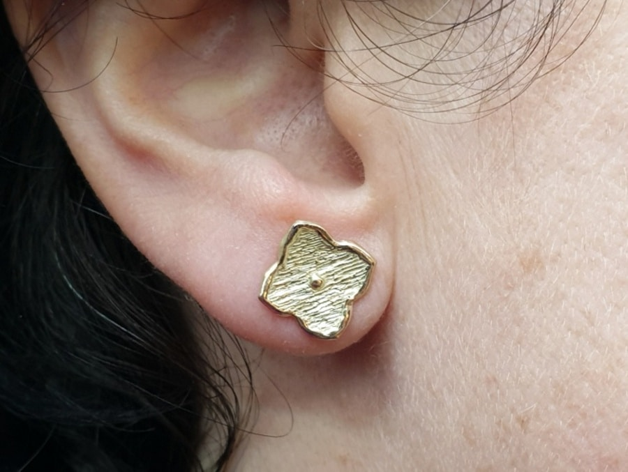 Geelgouden kamon oorsieraden uit de japonais collectie. Yellow gold earrings Japonais kamon . Oogst goudsmid Amsterdam