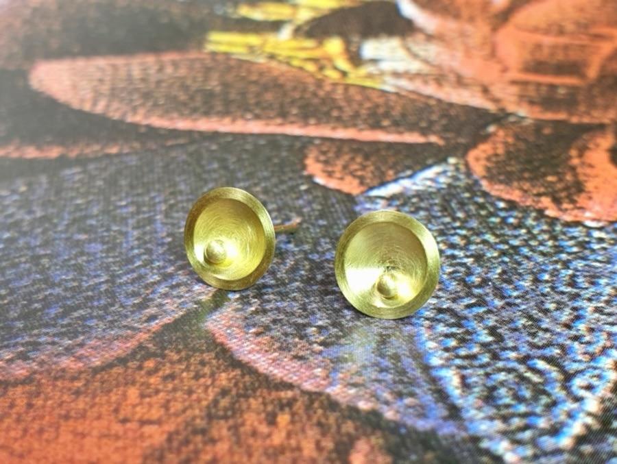 Geelgouden oorbellen, kommetjes met besje. yellow gold earstuds, circle with berry. Oogst goudsmid Amsterdam