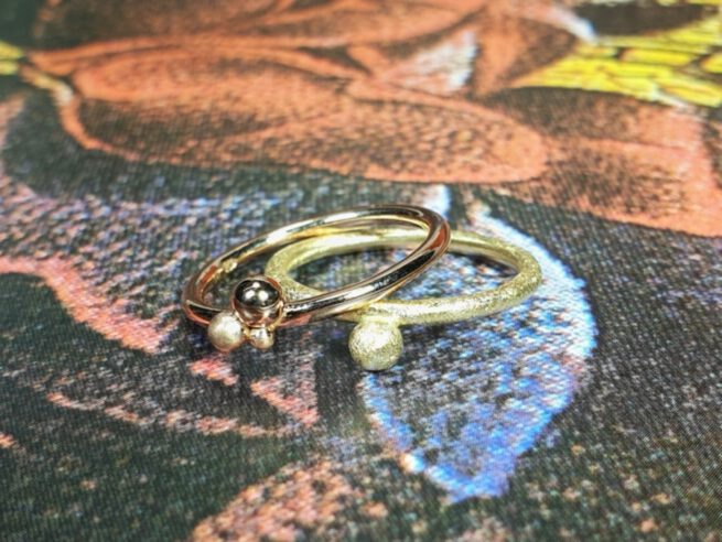 Aanschuifringen. Roodgouden ring met 3 besjes. Geelgouden ring met bes. Yellow gold Berries ring, rose gold berries ring. Stack rings. Design by Oogst. Goudsmid Amsterdam.