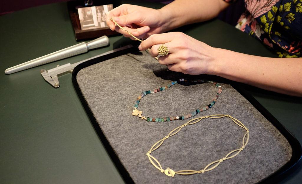 Goudsmid atelier Oogst Amsterdam, sieraden tonen in de winkel.