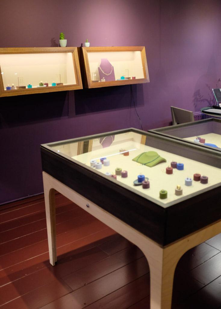 Goudsmid atelier Oogst Amsterdam, sieraden en trouwringen in de etalage