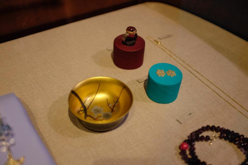 Goudsmid atelier Oogst Amsterdam, sieraden in de etalage