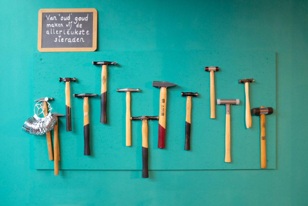 Goudsmid atelier Oogst Amsterdam, hamers op de muur
