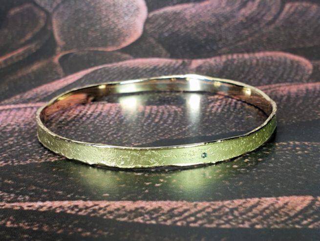 Armband Erosie, geelgouden structuur rinkelband met diamant. Yellow gold bangle Erosion, textured band with diamonds. Oogst goudsmid Amsterdam. Independent jewellery designer.