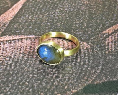 Ring Eenvoud met labradoriet, van eigen oud goud gemaakt. Ring Simplicity with labradorite made from heirloom gold. Oogst goudsmid Amsterdam Independent jewellery designer.