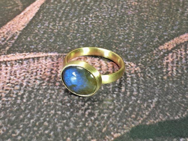 Ring Eenvoud met labradoriet, van eigen oud goud gemaakt. Ring Simplicity with labradorite made from heirloom gold. Oogst goudsmid Amsterdam Independent jewellery designer.