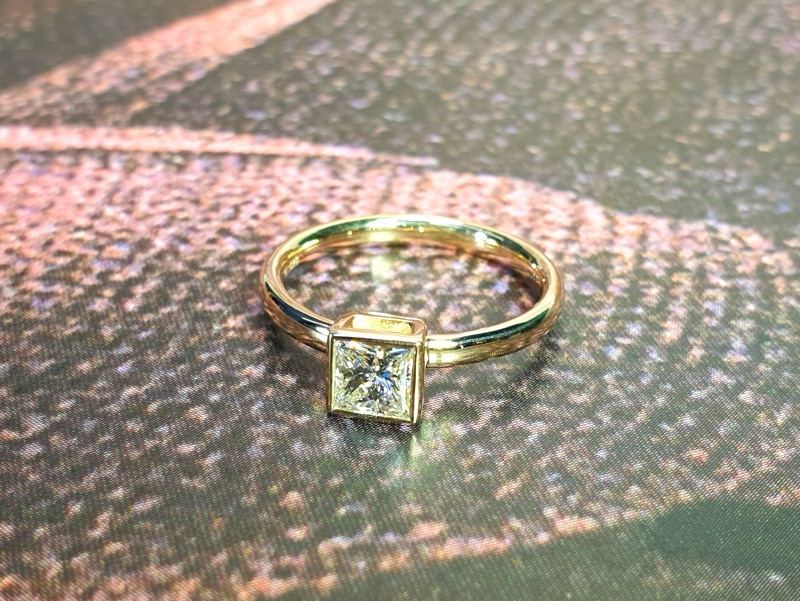 Geelgouden verlovingsring Carré met princess geslepen diamant. Yellow gold engegament ring Square with a princess cut diamond. Oogst independent jewellery designer Amsterdam