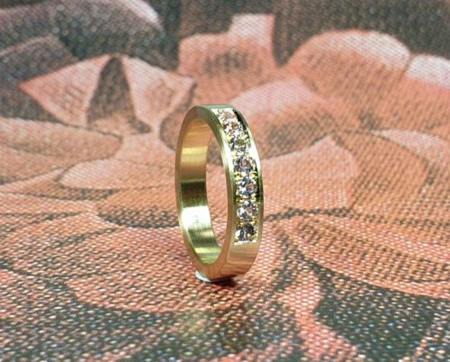 Ring Eenvoud geelgoud met 7 pavé gezette spinellen. Yellow gold ring Simplicity with 7 pavé set spinels. Oogst goudsmid Amsterdam