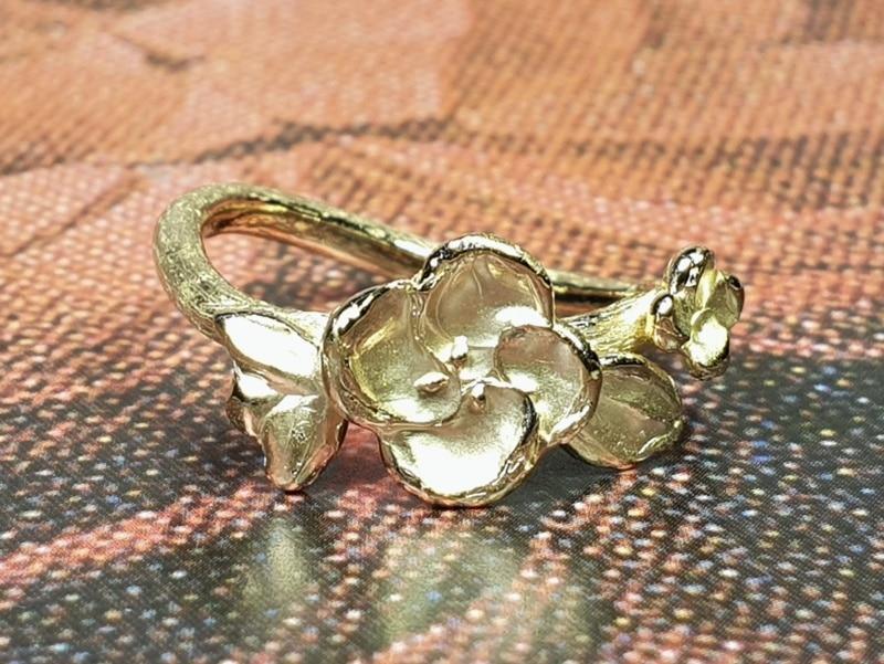 Roségouden ring Japonais, takje met bloesem. Rosé gold ring Japonais, twig with blossoms. Oogst goudsmid Amsterdam.