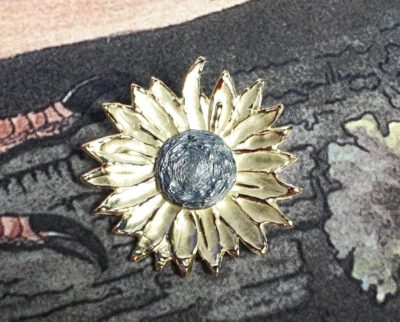 Geelgouden speld Zonnebloem met zilveren kern. Yellow gold brooch Sunflower with a silver accent. Oogst goudsmid Amsterdam Independent jewellery designer.
