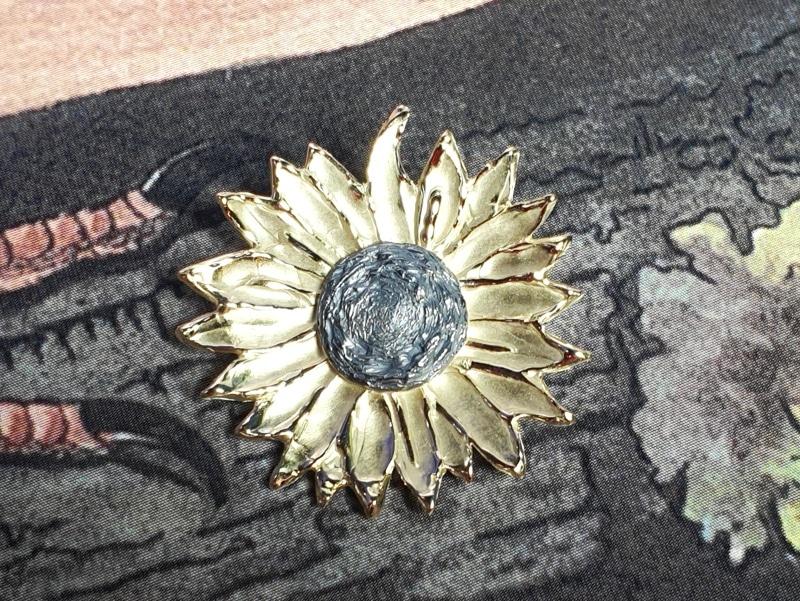 Geelgouden speld Zonnebloem met zilveren kern. Yellow gold brooch Sunflower with a silver accent. Oogst goudsmid Amsterdam Independent jewellery designer.