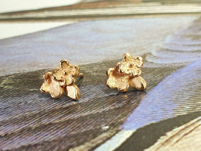 Roodgouden vergeet-me-nietje oorstekers. Rose gold Forget-me-not earstuds. Oogst goudsmid Amsterdam. Independent jewellery designer.
