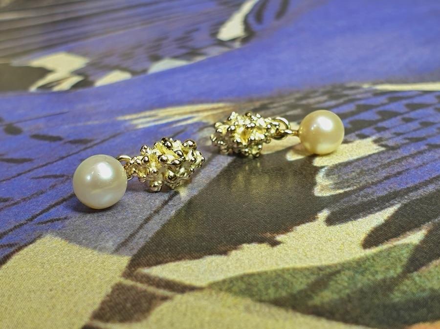 Oorsieraden Besjes, vervaardigd van eigen oud goud en eigen parels. Earrings Berries made from own heirloom gold and pearls. Oogst goudsmid Amsterdam. Independent jewellery designer Amsterdam.