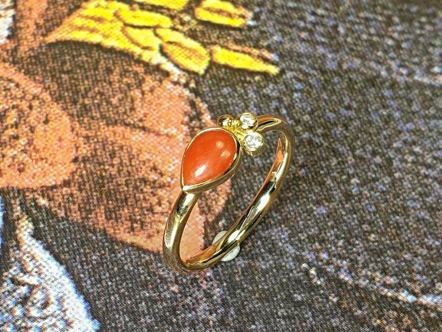 Ring Verzameling, van eigen oud goud vervaardigd, met koraal en diamant. Ring Cluster created from own heirloom gold, with coral and diamonds. Oogst goudsmid Amsterdam. Independent jewellery designer.