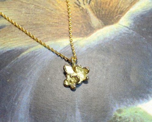 Geelgouden hanger 'Vergeet-me-nietje'. Yellow gold pendant 'Forget-me-not'. Oogst goudsmid Amsterdam