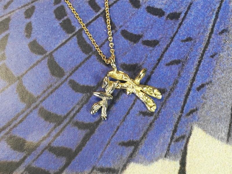 Geelgouden met witgouden hanger 'Libellen'. Yellow gold and white gold pendant 'Dragonflies'. Oogst goudsmid Amsterdam