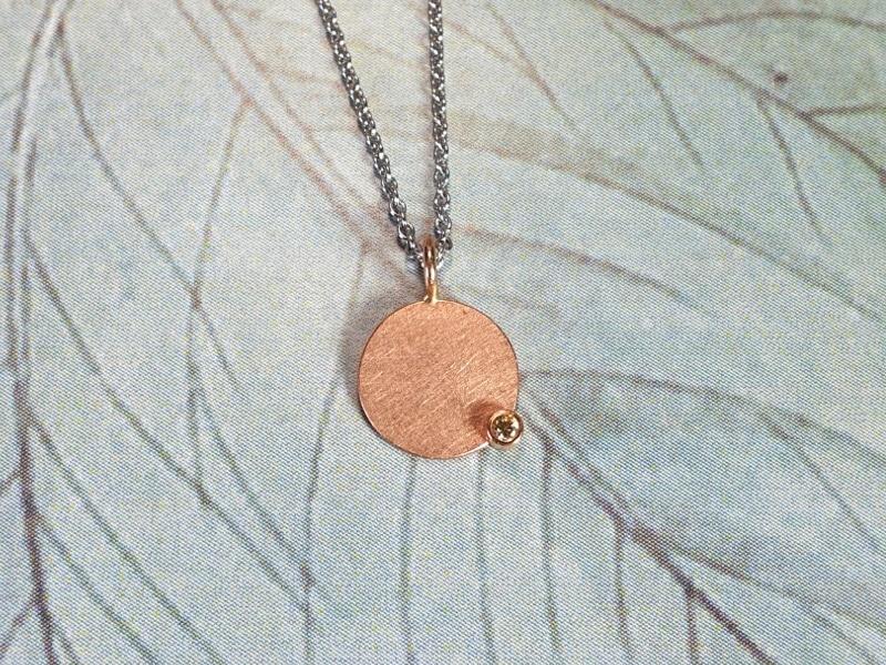 Roodgouden hanger 'Cirkel' met diamant. Rose gold pendant 'Circle' with a diamond. Oogst Amsterdam ontwerp & creatie