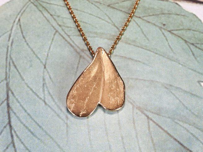 Roodgouden hartvormig 'Blad' hanger. Rose gold heart shaped 'Leaf' pendant. Oogst ontwerp & creatie