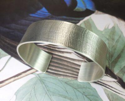 Zilveren 'Linnen' klemarmband. Silver 'Linen' cuff bracelet. Oogst goudsmid Amsterdam