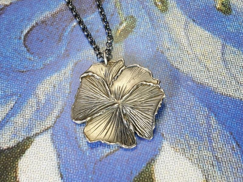 Zilveren hanger 'Viooltje'. Silver pendant 'Violet' Oogst ontwerp & creatie