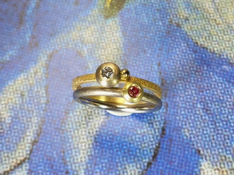 Geelgouden ring 'Boleet' met 0,10 crt diamant. Witgouden ring 'Boleet'met 0,05 ct fancy pink diamant. Oogst ontwerp & creatie.