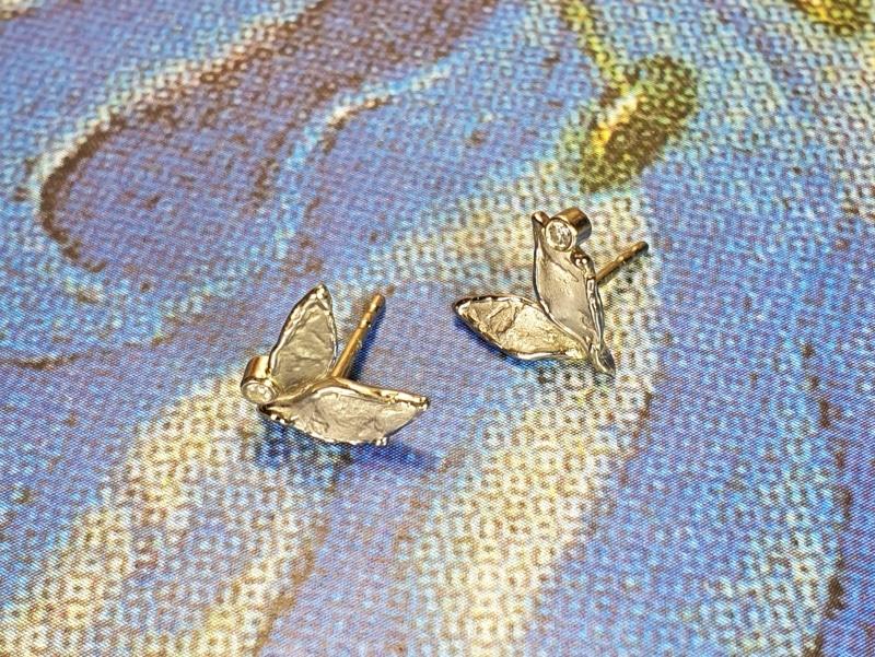Witgouden 'Blaadjes'oorsieraden met diamant. White gold 'Leafs' earstuds with diamonds. Oogst design & creation