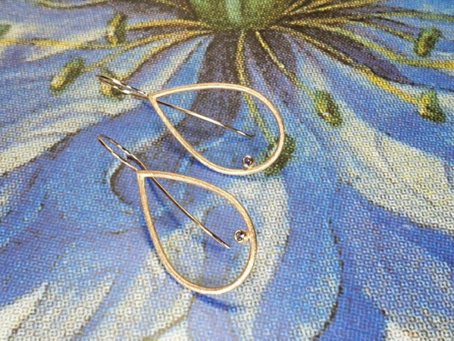 Roodgouden oorsieraden 'Druppels' met roze spinel. Rose gold earrings 'Drops' with a pink spinel.. Oogst goudsmid Amsterdam. Independent jewellery designer.