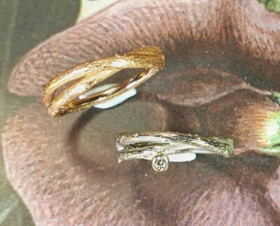 Trouwringen 'Boomgaard' Witgouden overkruist takje met diamant, roodgouden overkruist takje. Wedding rings 'Orchard'. White gold twig ring with diamond and rose gold twig ring. Design by Oogst. Goudsmid Amsterdam.