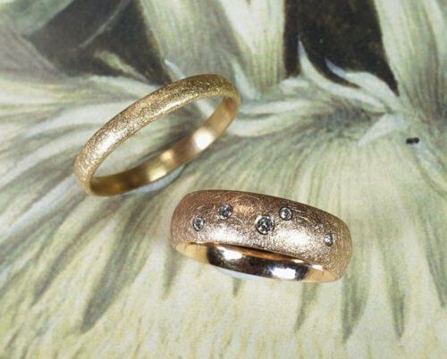 Trouwringen 'Eenvoud'. Roodgouden ring met 5 diamanten speels verdeeld. Roségouden ring. Wedding rings 'Simplicity'. Rose gold ring with 5 diamonds. Rosé gold ring. Oogst Amsterdam. goldsmith. Wedding bands